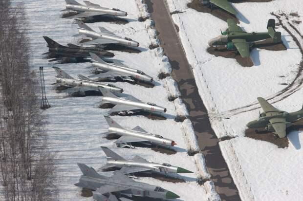 Полет над Музеем авиации в Монино 16 апреля 2013 года.
