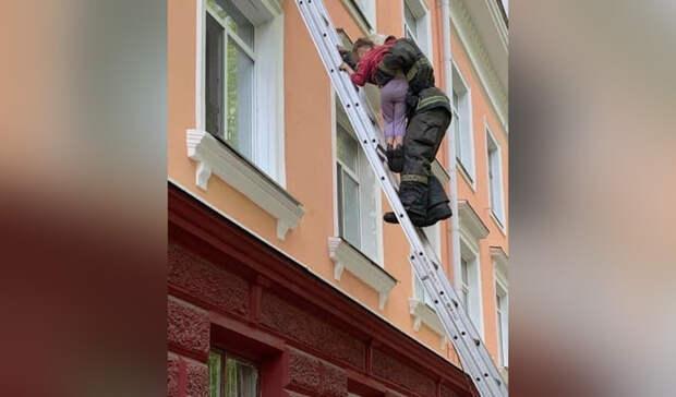 Найдена омичка, ребенка которой спасли от падения из окна