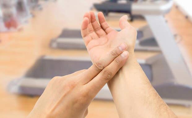Прием Вальсальвы Наш пульс контролирует блуждающий нерв, грамотное воздействие на него поможет вернуть сердечный ритм к стандартным показателям. Метод прост: сделайте глубокий вдох и максимально напрягите мышцы живота. Расслабьтесь через 5 секунд, повторите при надобности.