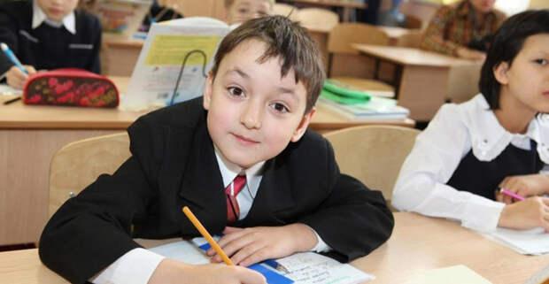 В правительстве России назвали сроки выплаты по 10 тысяч рублей семьям со школьниками