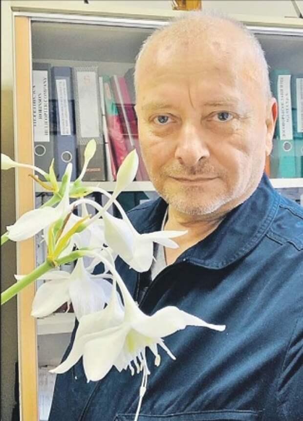 Житель Останкинского района вырастил в офисе амазонскую лилию