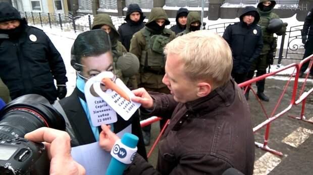 Киевляне признали Порошенко брехлом и поставили ему памятник