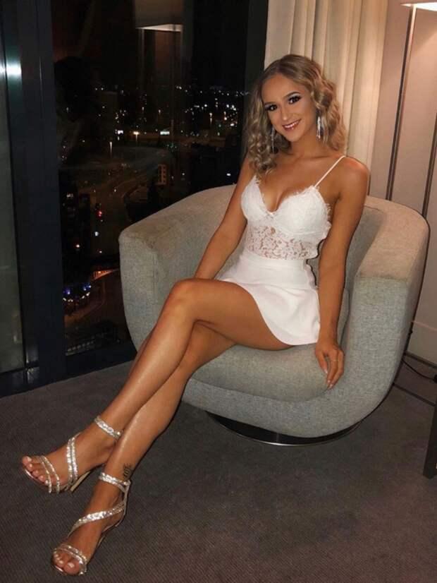 Сексуальные девушки в обуви на высоких каблуках