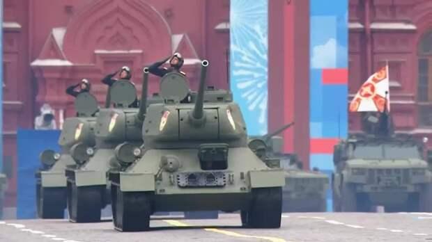 Механизированную часть парада открыли танки Т-34 – главные машины Победы. Всего по...