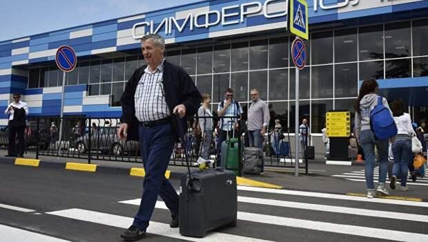 Пассажиры у здания терминала международного аэропорта Симферополь. Архивное фото
