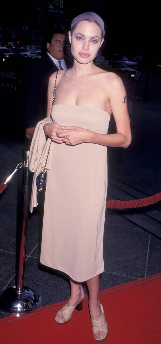 Никто не идеален! 18 худших нарядов Анджелины Джоли за всю историю