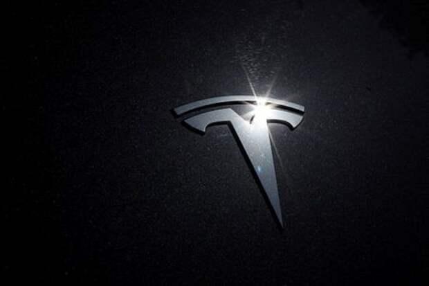 Логотип Tesla на автомобиле в Лос-Анджелесе, Калифорния, США, 9 июля 2020 года. REUTERS/Lucy Nicholson