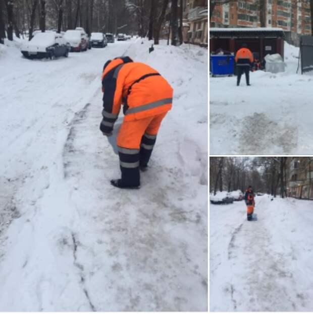 Коммунальщики засыпали снег реагентами во дворе на Полярной