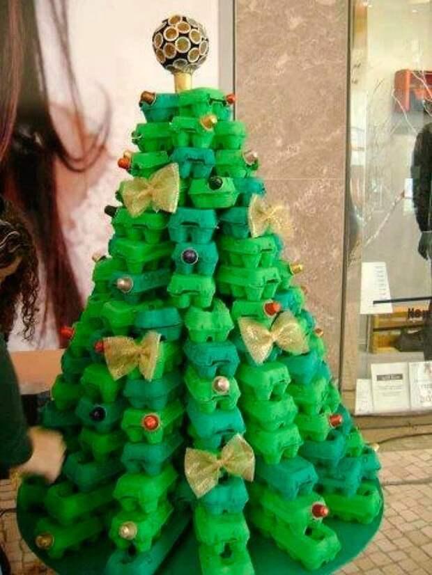 11. Новогодняя тема: елка в виде контейнеров, покрашенная в зеленый вторая жизнь старых вещей, интересно, контейнер из-под яиц, своими руками, сделай сам, фото