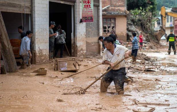 Затопленное метро и ТЦ: кадры смертельного наводнения в Китае