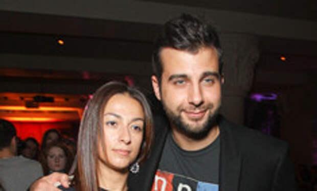 «Коротко и ясно»: Иван Ургант впервые показал фото поцелуя с женой