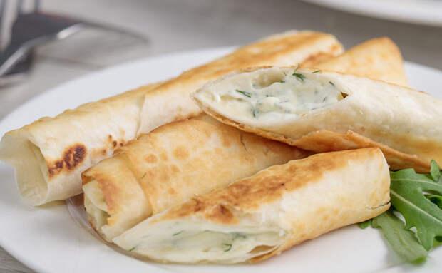 Завернули в лаваш творог с сыром и быстро жарим. Получается гораздо вкуснее и проще блинов