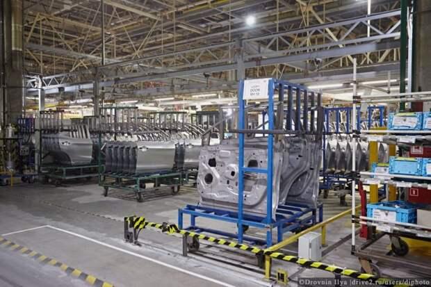 Двери готовы. Все это выглядит как огромный конструктор лего, только в реальных размерах. nissan, авто, автозавод, автомобили, завод, производство, сборка, цех