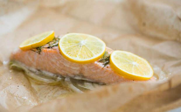 Заворачиваем рыбу в пергамент и ставим в духовку: готовим так, что бумага не сгорает