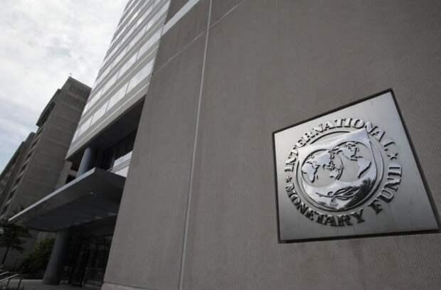 МВФ: Крах нефтяных цен навредил экономике РФ больше, чем все санкции вместе