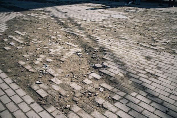 Женщина получила удар в живот, защищая тротуарную плитку в Екатеринбурге