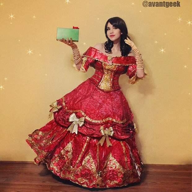 Креативно: мастерица шьет платья из оберточной бумаги после праздников