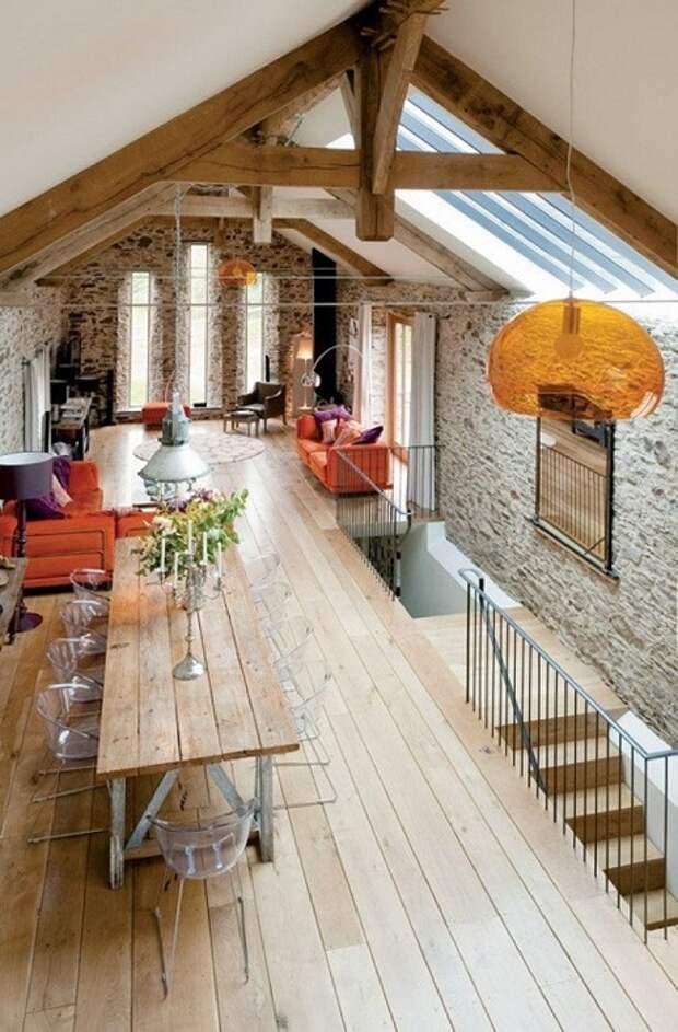 Интересный пример декорирования пространства под чердаком, что оптимизировано и благоустроено.