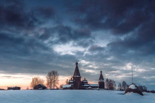 Почозерский храмовый комплекс в деревне Филипповская датируется 1700 годом. Состоит из двух деревянных церквей и шатровой колокольни. Это ансамбль «тройник» ― один из трех сохранившихся в Архангельской области и один из пяти в России.