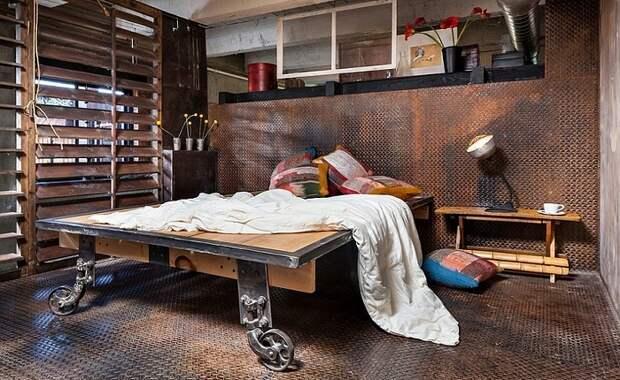 Пример кровати на деревянной платформе, что понравится.