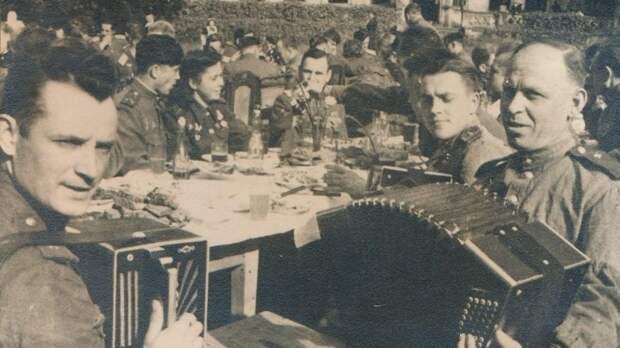 Минобороны РФ показало редкие фотографии советских военачальников на отдыхе