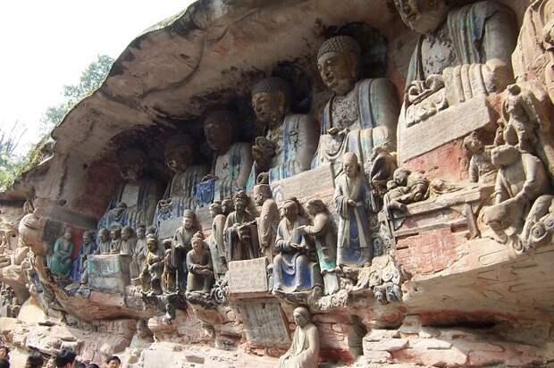 Множественные изваяния Будды, высеченные из скал.   Фото: images.forwallpaper.com.