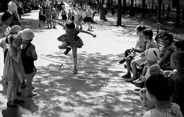 Дети и воспитательница проводят разные игры на Тверском бульваре.