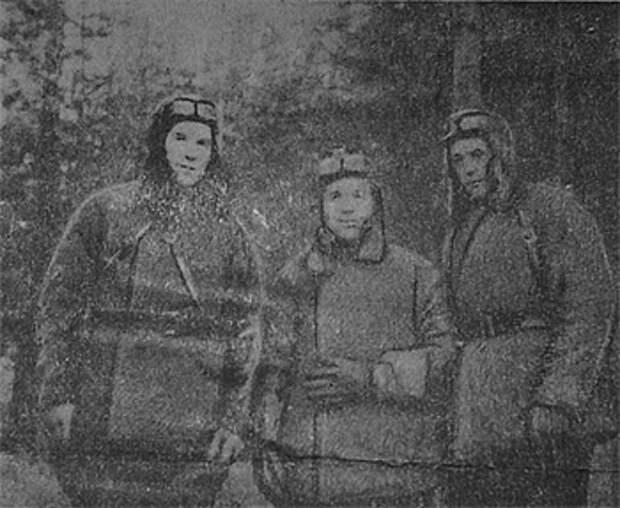 Участники овручской операции перед вылетом в тыл врага - Е.А. Ивлиев, Н.И. Крючков, В.И. Исаев