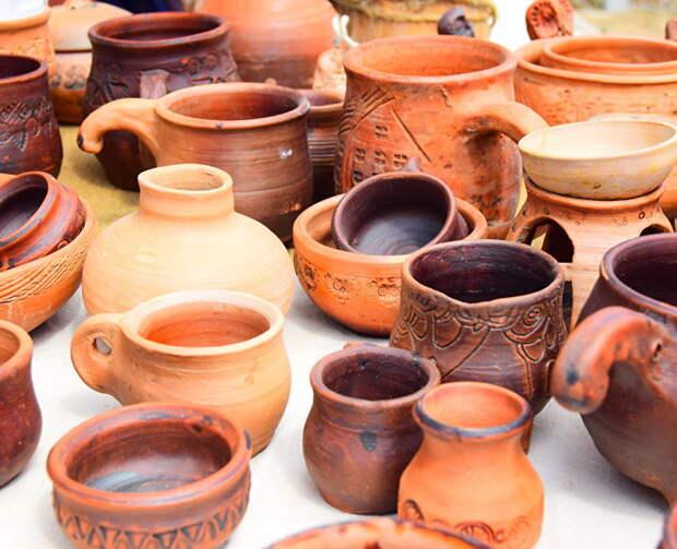 Кожа, дерево, ленты, керамика: в Симферополе открылась выставка местных мастеров