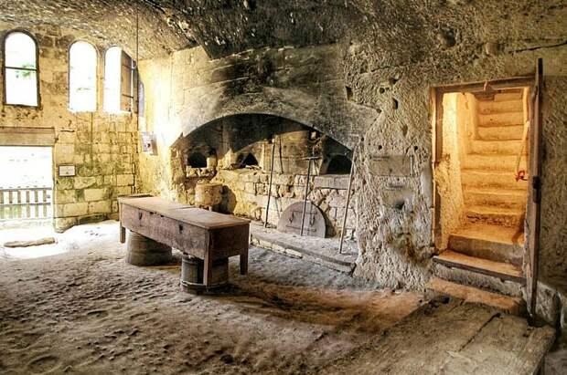 Подземная пекарня  в Брезе - видны вход в комнату из замка и выход на дно рва