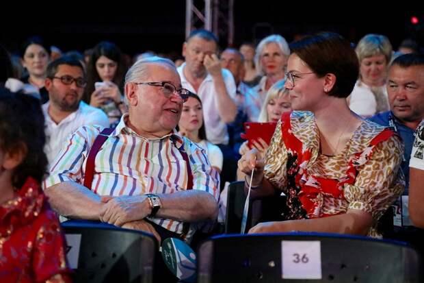 Татьяна Брухунова, удачно скрывшая от общественности свою беременность, а затем и рождение сына Вагана от Евгения Петросяна, теперь радует поклонников не только модными луками.