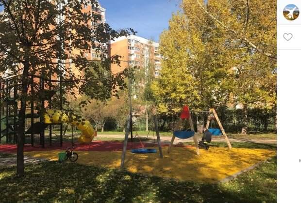 Скамейки на детской площадке у Марьинского парка установят до конца октября — префектура