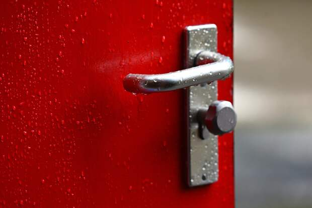 Доводчик двери подъезда в доме на Амундсена отремонтировали