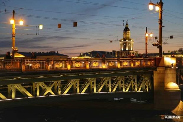 В Петербурге озолотился Дворцовый мост. В честь футболистов