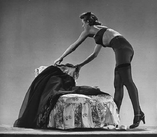 Модель в чулках из плотной шелковой ткани на шерстяной подкладке, 1942 год.