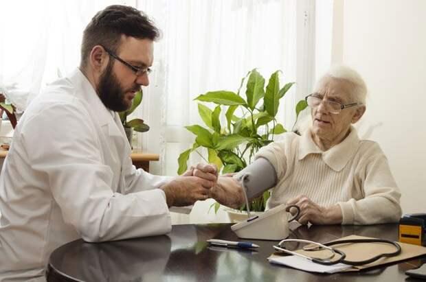 «Возрастной врач». Чем занимается гериатр и как к нему попасть?