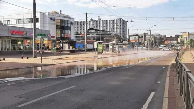Автомобили попали в зону затопления после прорыва трубы с кипятком у метро «Приморская»