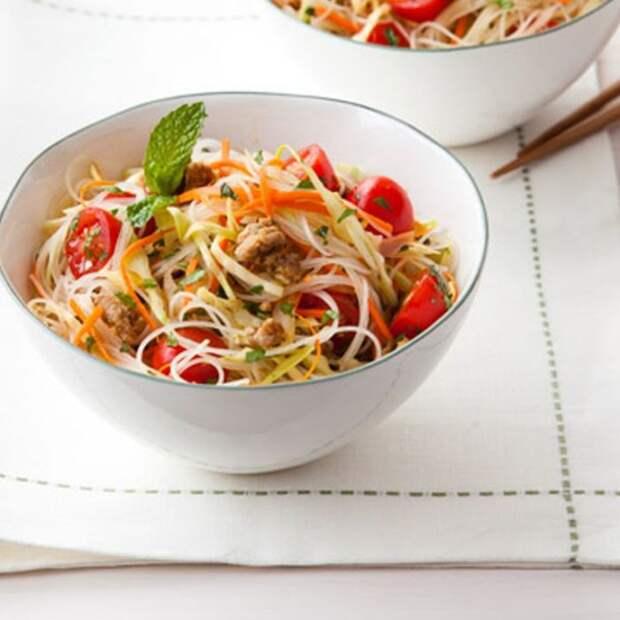 Острый тайский салат с лапшой. \ Фото: womansday.com.