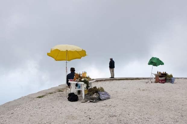 Торговля мёдом и травами на горной дороге в Албании. Фотограф Ник Ханнес