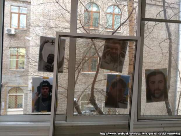На окна квартиры Божены Рынской и Игоря Малашенко наклеили фотографии погибших сотрудников телекомпании НТВ