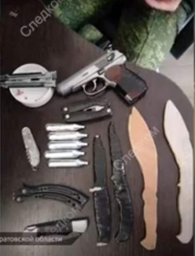 """На фото: изъятое оружие сторонников украинского молодежного радикального сообщества """"МКУ"""""""