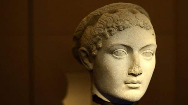 Пришлось пострадать даже красавице Клеопатре.