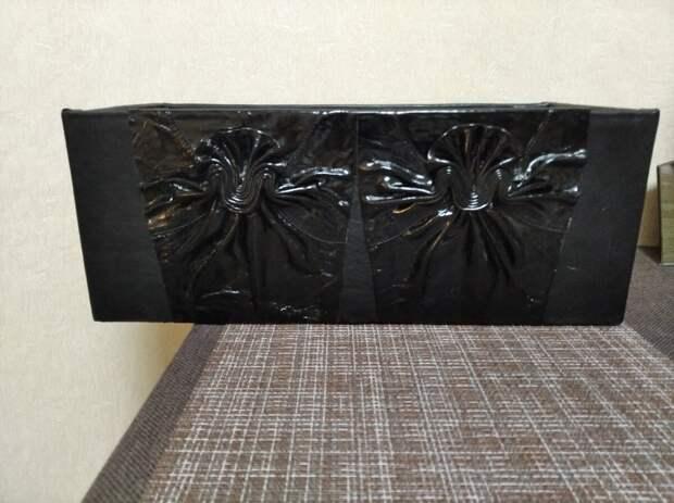 Внутри коробка обклеена  черным сукном, оставшимся от  пошива мужского пальто
