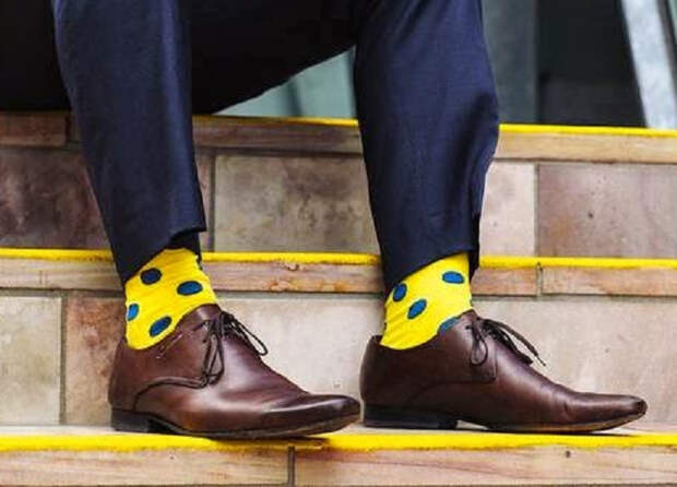 Можно ли мужчине носить цветные носки и не выглядеть смешно? Правила выбора