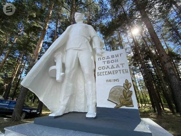 Памятник павшим воинам восстановили в Камбарском районе при поддержке агрохолдинга «КОМОС ГРУПП»