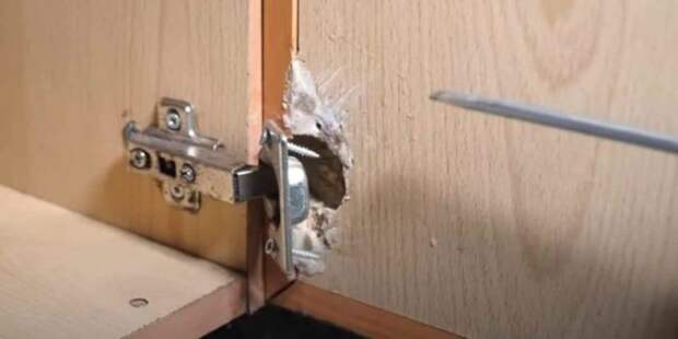 Как надежно закрепить мебельную петлю на дверце шкафчика