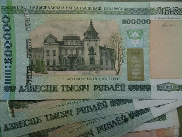 Экономист: Белорусам надежнее всего хранить свои деньги в «стеклянной банке»
