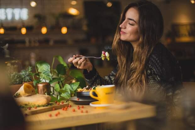 Девушка за ужином