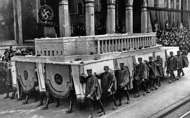 Нацисты несут модель мюнхенского художественного музея. Третий Рейх. 1935 год. история, ретро, фото