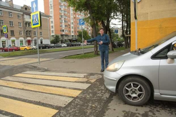 Более десятка нарушений ПДД произошло на перекресте в Коптеве за несколько минут